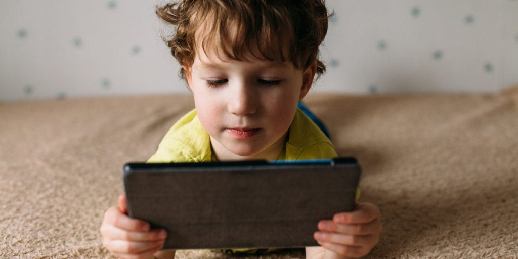 OMS recomienda que los niños no usen pantallas hasta los dos años