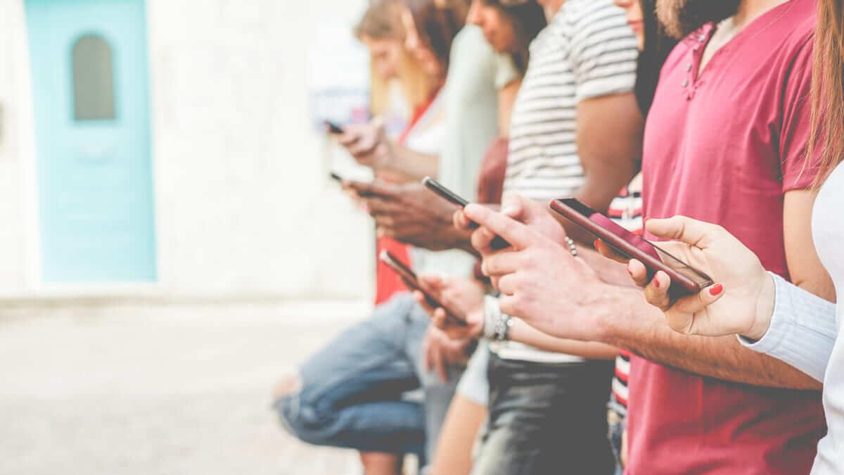 ¿Usar demasiado el móvil afecta la salud mental en los jóvenes