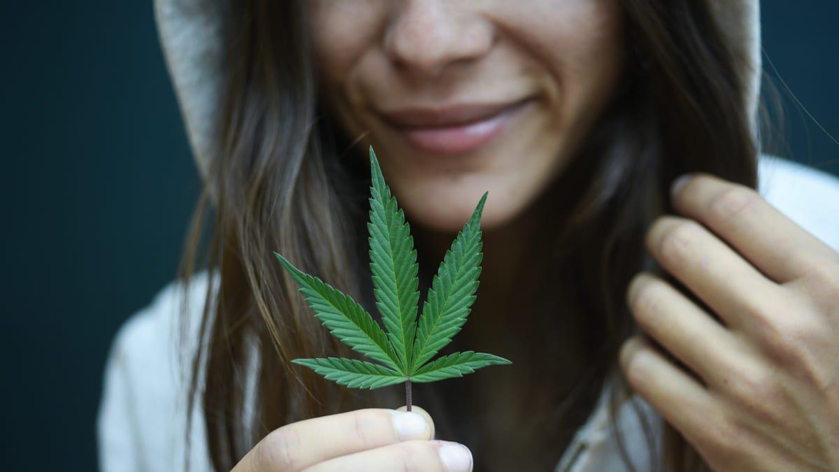 Mujeres que consumen cannabis tienen menos probabilidades de concebir según estudio