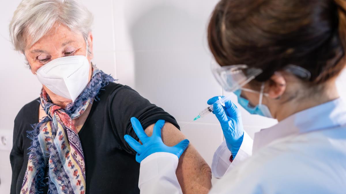 Las vacunas para prevenir complicaciones y muerte asociadas a la infección por SARS-CoV-2 producen trombosis falso.