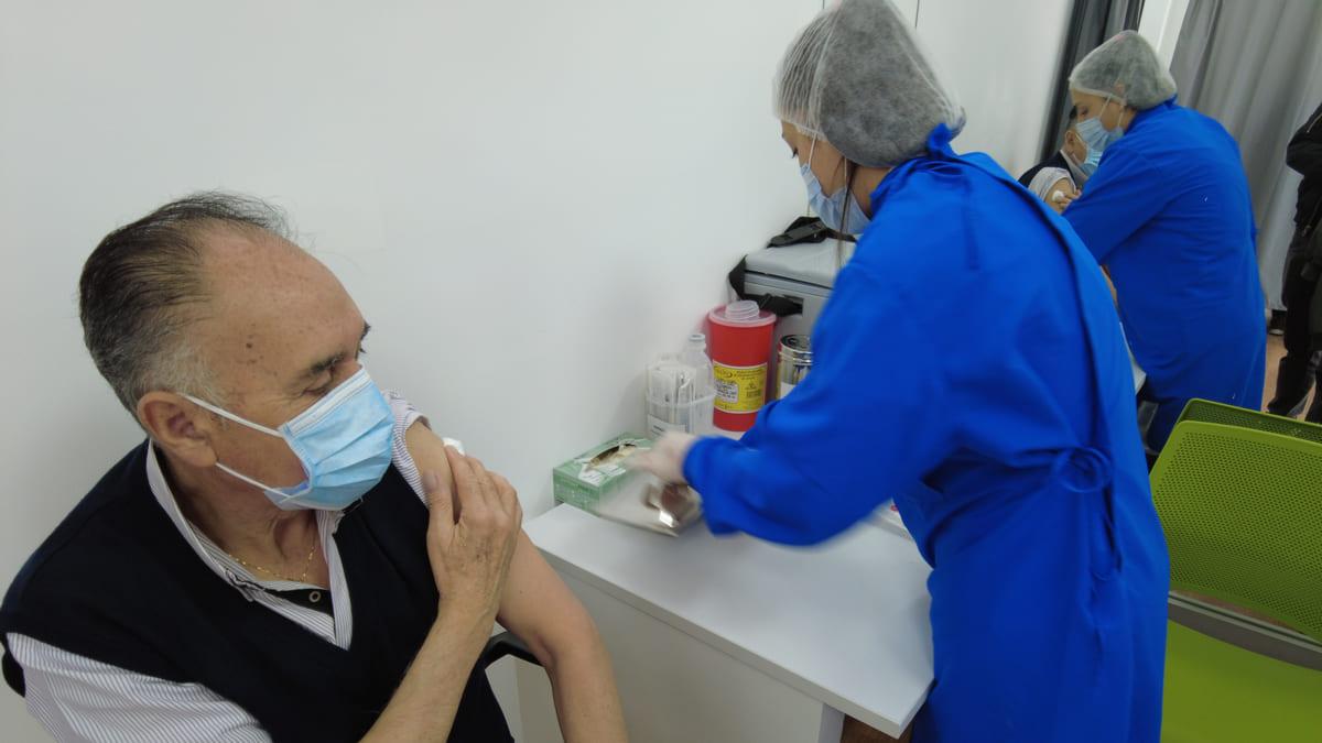 Vacunación de personas mayores de 50 año en Bogotá se hará con pico y cédula