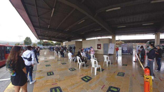 Bogota inicia vacunacion covid-19 en puntos Transmilenio
